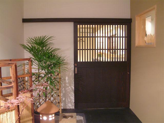 坪庭と格子戸が和の趣を醸し出している玄関。
