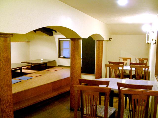 全32席ある広々とした空間。テーブル席かほりごたつ席を選べます。