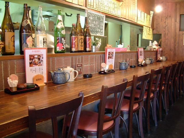 おすすめの焼酎が並ぶカウンター席。