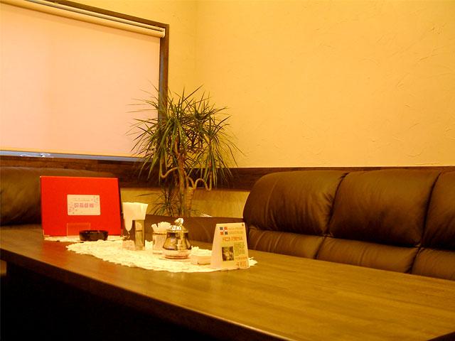 高級ソファ設置のVIPルーム完備、会合・会食に。要予約。