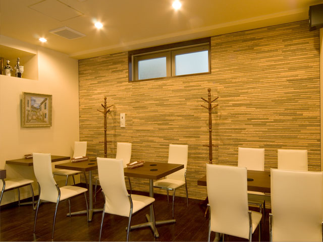 天然素材とシャープなラインのコントラストがスタイリッシュなテーブル席。