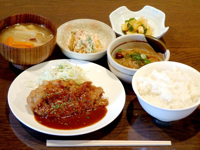 日替わりランチ 840円…野菜を中心に毎日の食事バランスに配慮された健康ランチ。