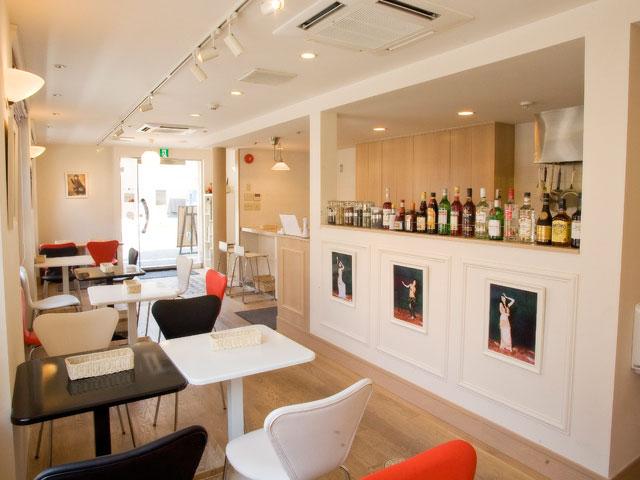 白色の壁と木製のインテリアが温かい雰囲気を演出。