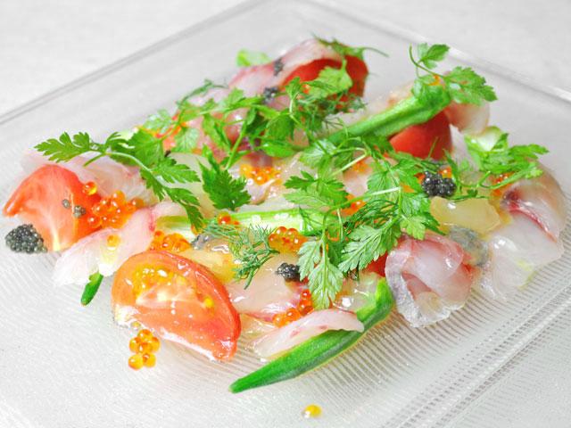 高知県宿毛漁港より届いたイサキのカルパッチョ 自家農園の白桃とオクラ、てっぺんトマトのサラダ仕立て 二色のキャヴィアと透明なトマトのゼリーを添えて(コースの前菜料理)
